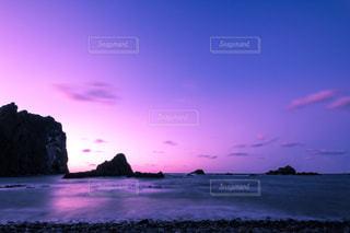 水の体に沈む夕日の写真・画像素材[1069732]