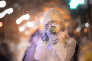 カメラを構える女性の写真・画像素材[1110276]