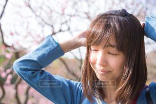 青いシャツを着た女性の写真・画像素材[1110277]