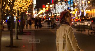 通りに立っている人の写真・画像素材[1110278]