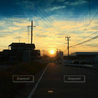 街に沈む夕日の写真・画像素材[1017190]