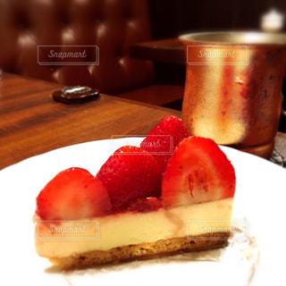 皿の上のケーキのスライスの写真・画像素材[1017239]