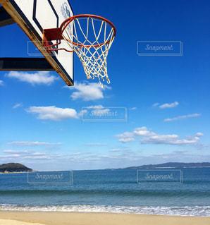 近くにビーチでバスケット ボールの試合のアップの写真・画像素材[1017248]