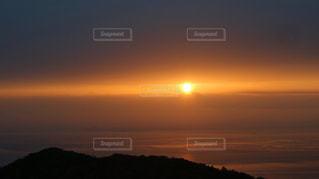 水の体に沈む夕日の写真・画像素材[1167934]