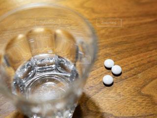 お水のグラスと風邪薬の写真・画像素材[1017460]