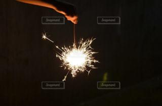 暗闇の中で爆発する花火の写真・画像素材[1233957]