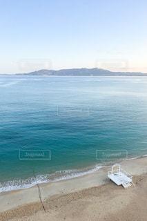 水の体の横にある砂浜のビーチの写真・画像素材[1236044]