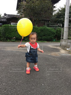 風船を持つ女の子の写真・画像素材[1017774]