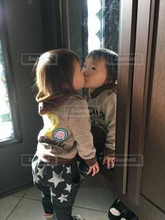 鏡の自分とキスの写真・画像素材[1019875]