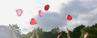 ハートの風船を飛ばす女の子たちの写真・画像素材[1103866]