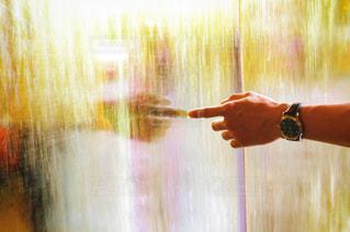 水に手を入れる男性の写真・画像素材[1017933]