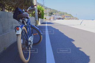 自転車を道路の脇に駐車の写真・画像素材[1057561]