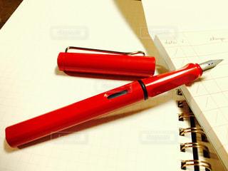 赤い万年筆の写真・画像素材[1017949]
