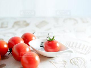 ミニトマトと小皿の写真・画像素材[1140278]