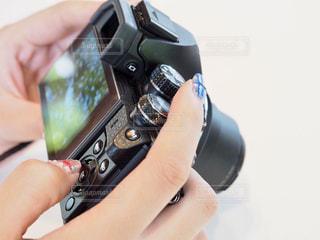 カメラを持っている手の写真・画像素材[1154598]