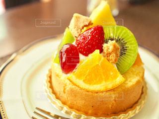 フルーツたっぷりケーキの写真・画像素材[1193919]