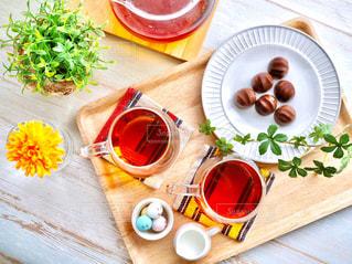 木製のテーブルの上に食べ物の写真・画像素材[1733498]