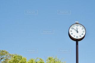 青空と時計の写真・画像素材[2117644]