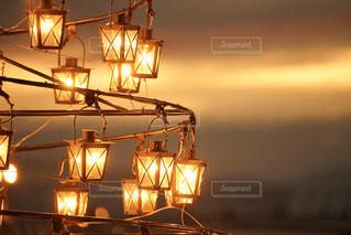 夕暮れに灯るランタンの写真・画像素材[2890705]