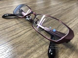 テーブルの上のサングラスの写真・画像素材[1018107]