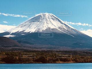 雪の覆われた富士山を見下ろす山の写真・画像素材[1018135]