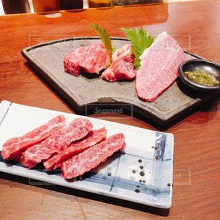 テーブルの上の食べ物の皿の写真・画像素材[2381155]