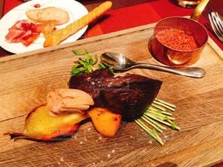 木製のテーブルの上に食べ物の皿の写真・画像素材[3104952]