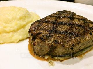 皿の上ステーキの写真・画像素材[1022854]