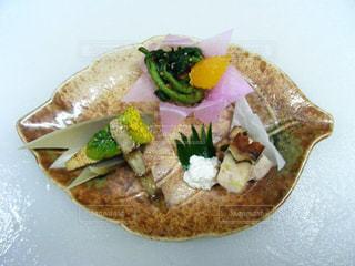 和食の食べ物の皿をテーブルの上に置くの写真・画像素材[3046637]