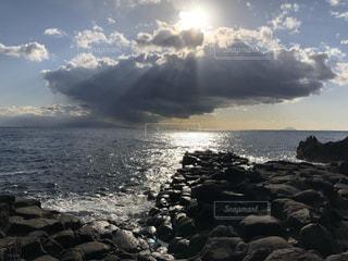 海の横にある岩のビーチの写真・画像素材[1018697]
