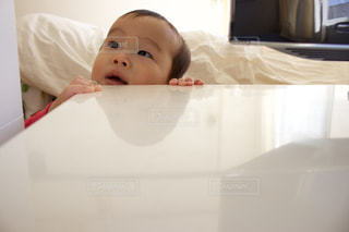 ベッドの上に座っている赤ちゃんの写真・画像素材[1018861]