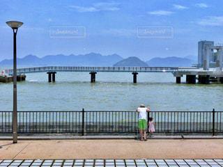 海辺の父娘の写真・画像素材[1019045]