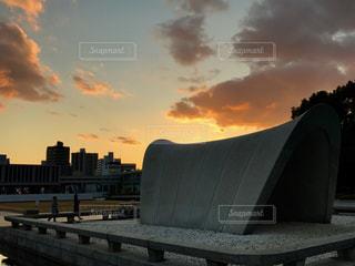 広島平和祈念公園内の被爆慰霊碑沿いの夕日の写真・画像素材[1022354]