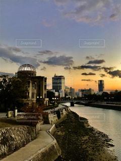 夕陽をバックに原爆ドームの写真・画像素材[1025151]