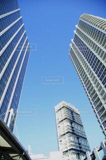 青空とビルの写真・画像素材[1021117]