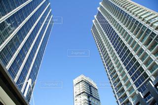青空とビルの写真・画像素材[1021118]