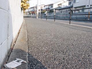 道の端にフォーカスを持つストリート シーンの写真・画像素材[1019246]