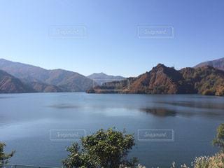 晴れのダム湖の写真・画像素材[1030062]