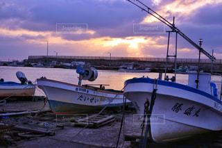 夕焼け空と漁船の写真・画像素材[1042884]