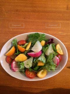 テーブルの上にインスタ映えするカラフルなサラダの写真・画像素材[1019796]