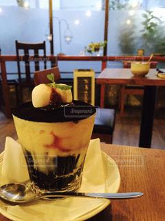 テーブルの上のコーヒーパフェの写真・画像素材[1020143]