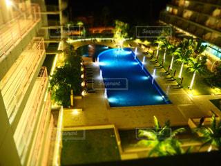 プールが夜ライトアップの写真・画像素材[1021094]