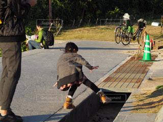 歩道上の人落ちるの写真・画像素材[1021113]