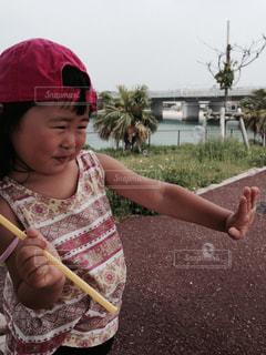 シャボン玉を保持している小さな女の子の写真・画像素材[1023132]