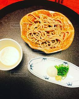 テーブルの上に食べ物のプレート - No.1020678