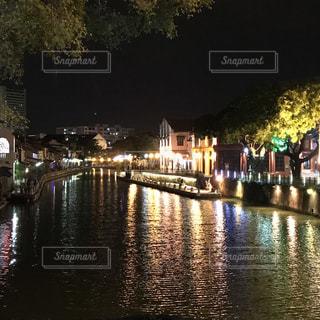 水の体の上の橋の写真・画像素材[1021060]