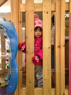 木製のドアの上にはパパの写真・画像素材[1021369]
