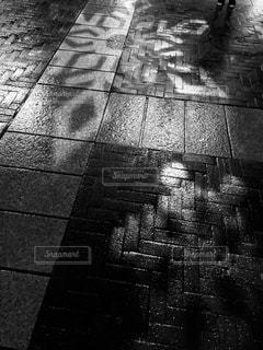 雪の結晶が映る濡れた歩道の写真・画像素材[1021941]