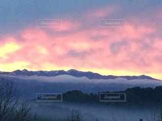 背景の大きな山の写真・画像素材[1021847]