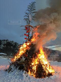 それから出てくる煙と火災のピットの写真・画像素材[1026131]